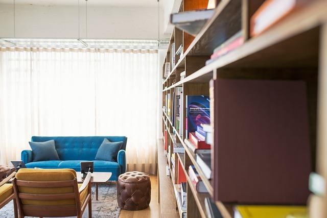 gauč u knihovny