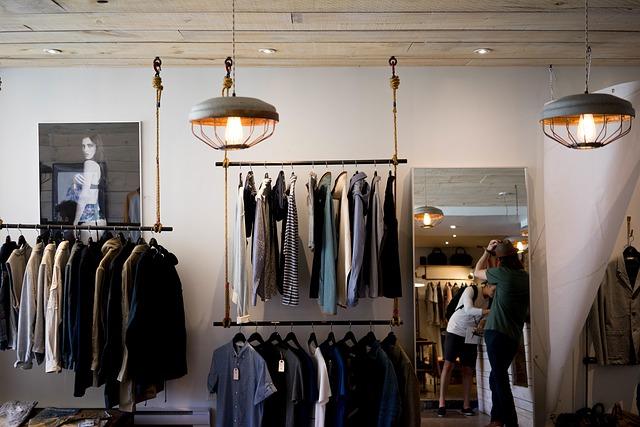 Oblečení vyvěšené mimo skříně