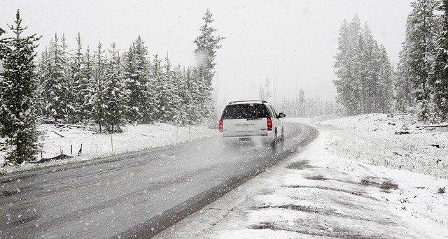 auto sníh zima