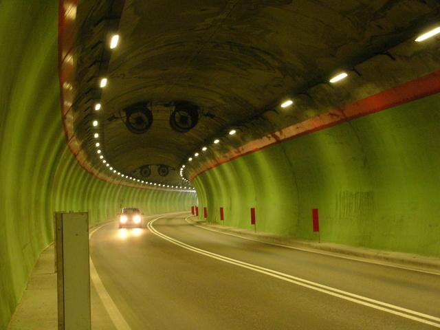 průjezd vozidla tunelem
